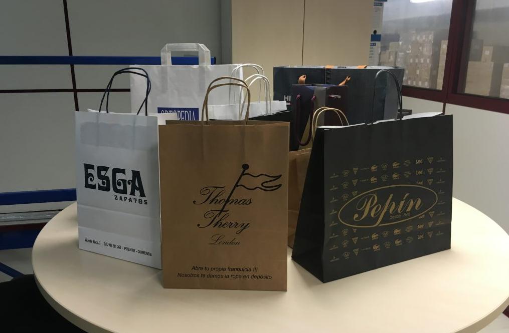 Varias bolsas de papel personalizadas